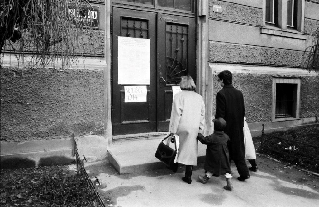SI_ZAC_1395_004_0011_00007, Zbirka fotografij Sherpa, Plebiscit za samostojno Slovenijo, Prihod na volišče na Osnovne šole 1. celjske čete (III. osnovna šola), 1990
