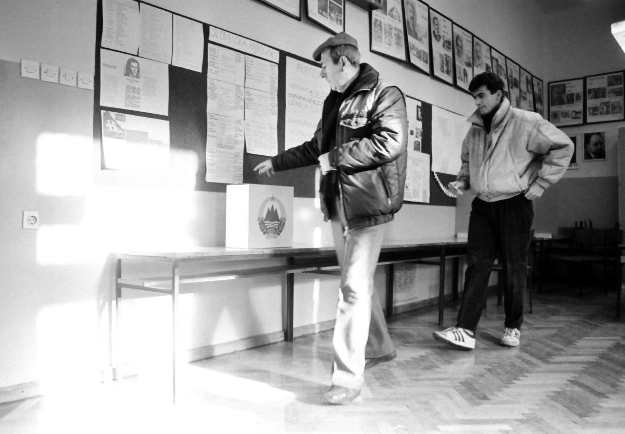 SI_ZAC_1395_004_0011_00009, Zbirka fotografij Sherpa, Plebiscit za samostojno Slovenijo, Glasovanje na volišču na Osnovne šole 1. celjske čete (III. osnovna šola), 1990